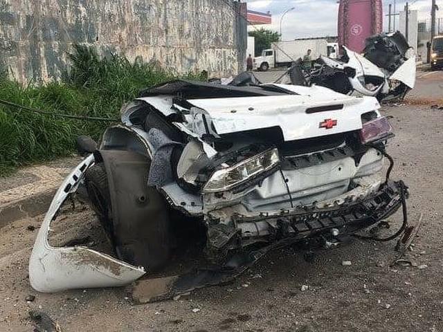 Camarobate em poste, fere MCBrisola e mata motorista na Fernão Dias
