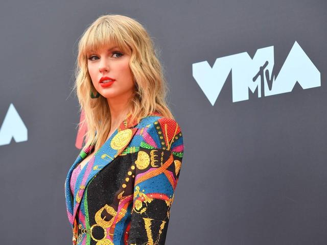 Gravadora nega que proibiu Taylor Swift de cantar suas músicas antigas