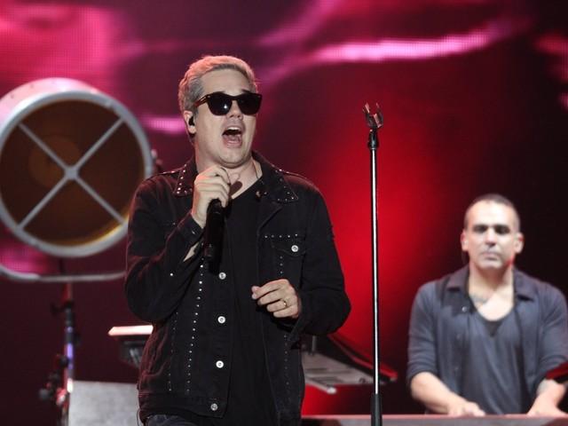 Jota Quest desacelera beats e faz discurso político em show no Rock in Rio