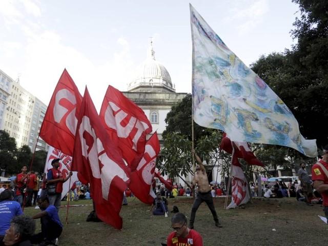 Manifestação na Candelária provoca alterações no trânsito e no VLT; outros transportes funcionam normalmente