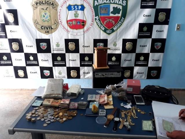 Polícia apreende drogas e R$ 5 mil em casa no interior do AM; suspeita de vender entorpecentes é procurada