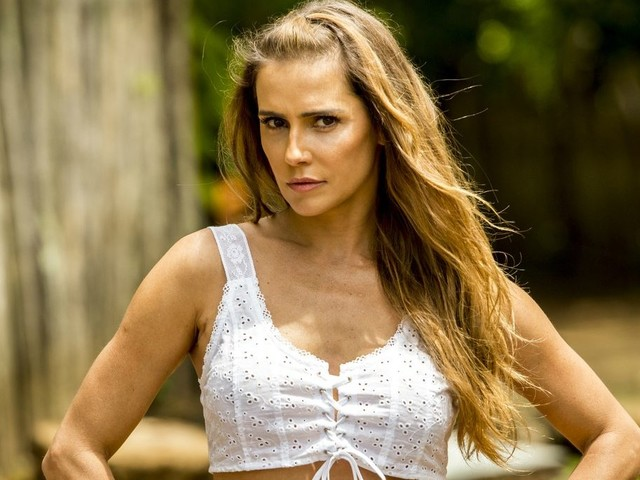 Em nova foto, Deborah Secco revela jeito simples de Karola e conta segredo da vilã de Segundo Sol