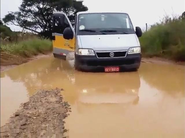 Motorista usa enxada após van atolar em estrada e ironiza em vídeo: 'Ferramenta indispensável'