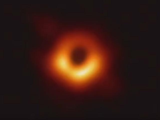 'Parece que Einstein acertou mais uma vez': análise de imagem inédita de buraco negro levou 2 anos