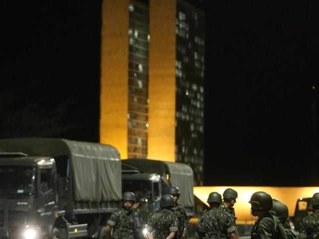 Temer reúne ministros no Planalto para discutir se mantém Exército na Esplanada