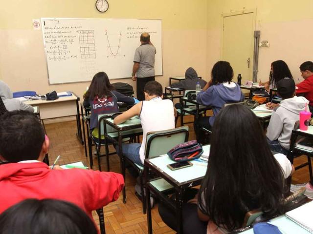 Educação avança, mas ensino médio, retorno de alunos e investimentos desafiam o Brasil