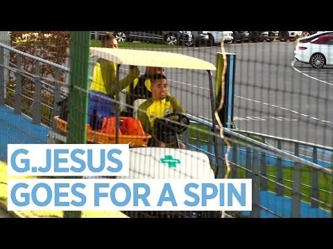 Gabriel Jesus assume direção do carrinho de maca do City, bate no muro e arranca risadas