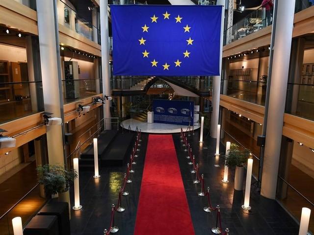 Parlamento Europeu pede fim de 'vistos dourados'