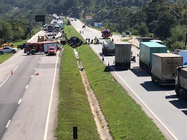 Caminhão de gasolina é removido e trânsito liberado na BR-101 em Palhoça