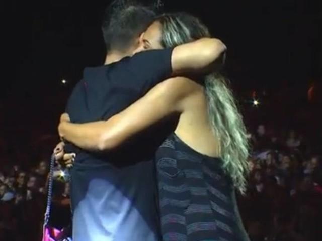 Fã dança coladinha com Jorge durante show no Festival de Verão