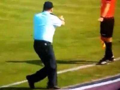 """Segurança distraído """"invade"""" gramado na Copa da Turquia"""
