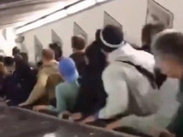 Torcedores ficam feridos em acidente com escada rolante no metrô; vídeo