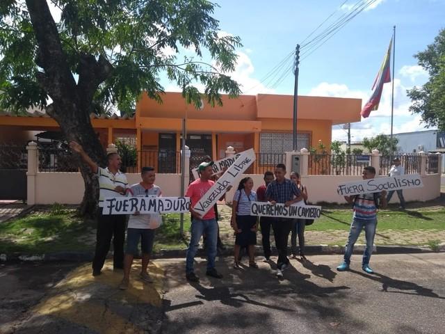 Sem conseguir votar, imigrantes fazem protesto em frente ao Consulado da Venezuela em RR