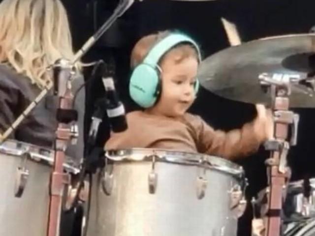 Filho de Junior Lima rouba a cena durante passagem de som em Brasília
