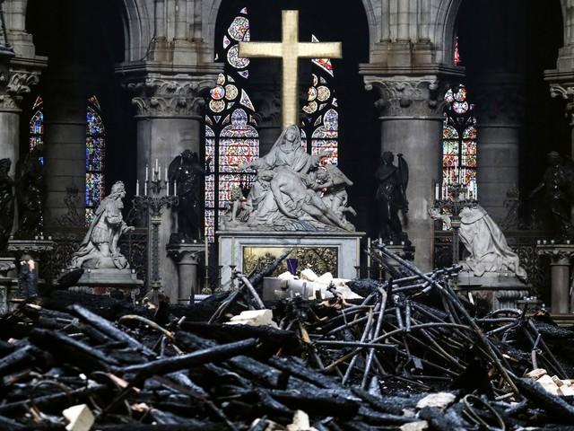 Últimos quadros da Catedral de Notre-Dame são levados para Museu do Louvre