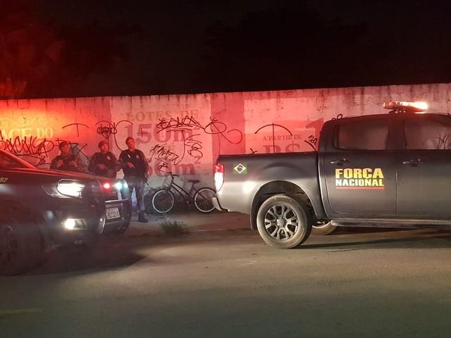 À bordo de bicicleta, homem morre e outro é gravemente ferido por tiros disparados de carro, em Fortaleza