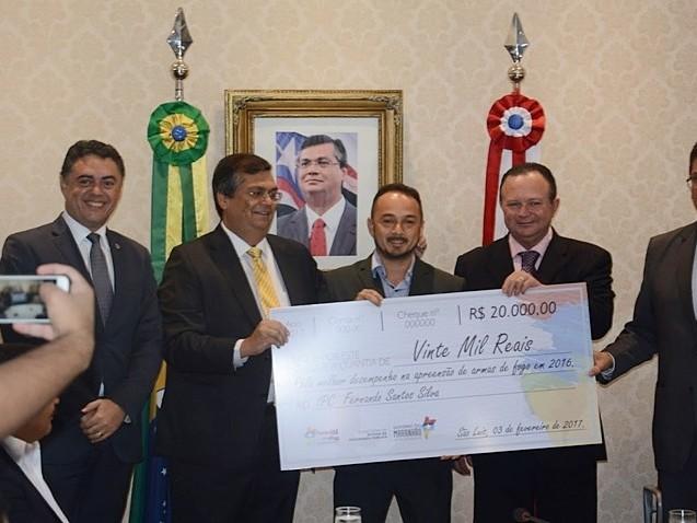 No Maranhão, Flávio Dino premia policiais que tiram armas das ruas