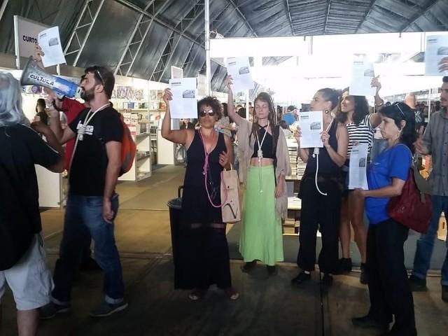 Agentes culturais de Brasília protestam com corda no pescoço durante Feira do Livro