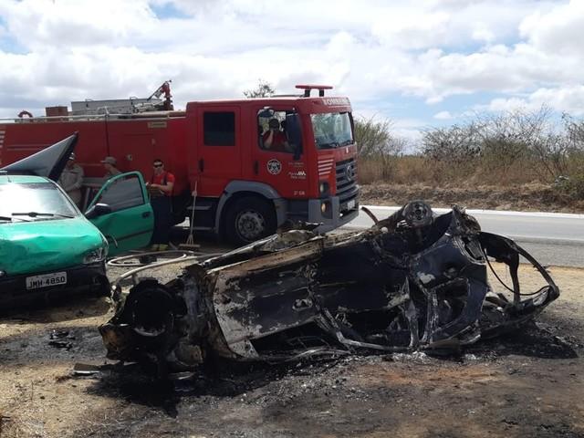 Acidente entre carro, picape e carreta deixa um morto e cinco feridos em Sanharó