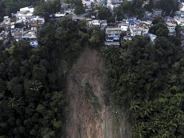 Moradores próximo a encosta que caiu no Vidigal continuam em casas interditados a beira de precipício
