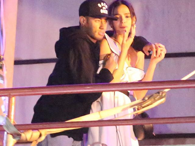 Ataque de ciúmes? Bruna Marquezine pede retirada de mulheres em camarote com Neymar