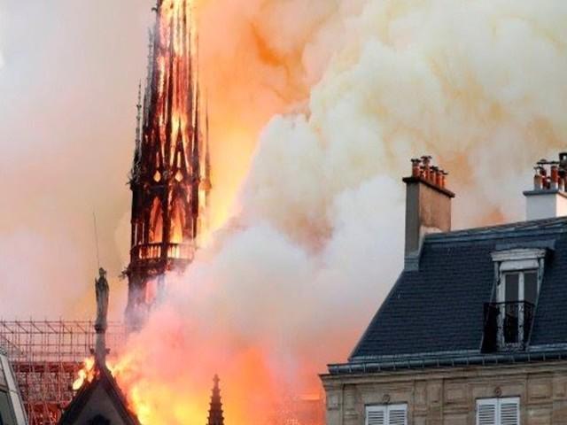 Vídeos mostram momento em que Catedral de Notre-Dame desaba; veja