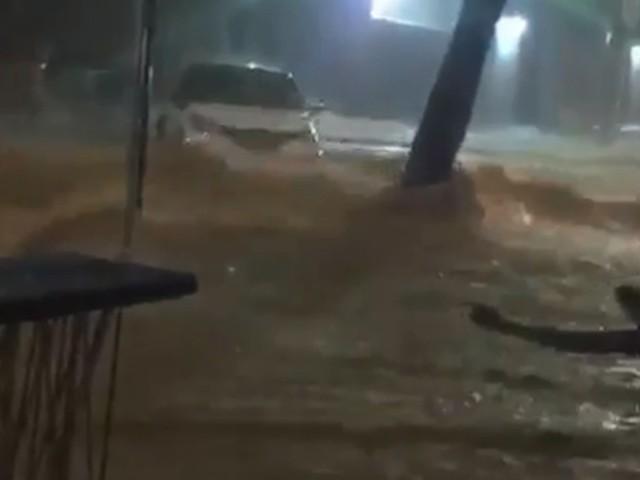 Chuva em BH faz rua virar piscina de carros; veja o vídeo