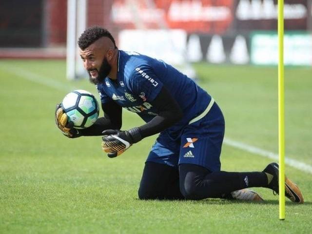 Flamengo empresta Alex Muralha para clube japonês