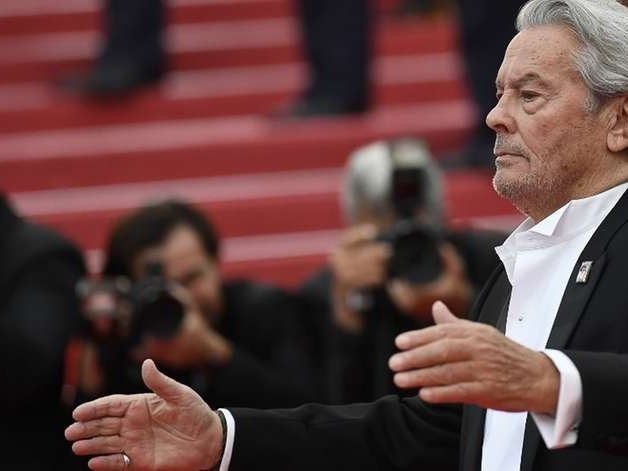Alain Delon é homenageado em Cannes em meio a protestos feministas
