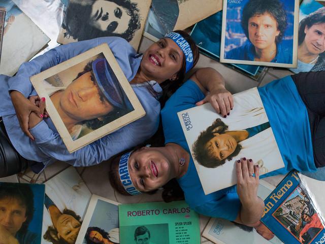 Fãs de Roberto Carlos se reúnem em grupos na internet para surpreender rei em show em SP
