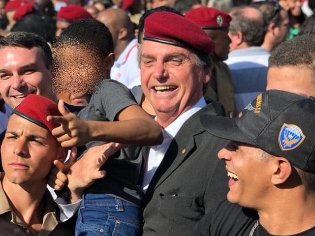 Mais uma criança imita arma com a mão ao lado de Bolsonaro
