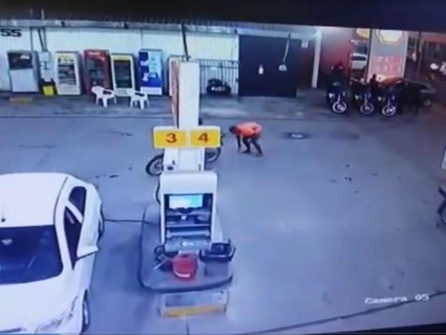 Foragido da Justiça se atrapalha, deixa cair arma e é preso em posto de combustíveis em Teresina