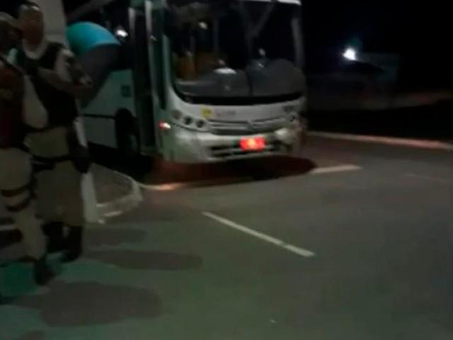 Ônibus é alvejado em rodovia na Bahia e uma pessoa morre
