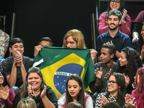 """Torcedor russo do Brasil na Copa do Mundo """"aparece"""" na plateia do Altas Horas; saiba mais"""