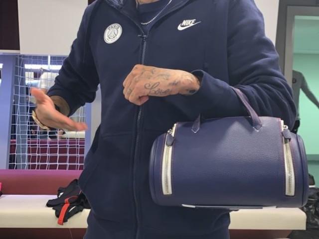 Neymar brinca com bolsa de Marquinhos, mas esposa defende zagueiro
