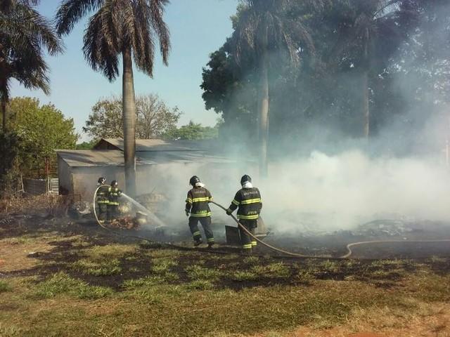 Incêndio atinge terreno de depósito de materiais recicláveis em Ibitinga