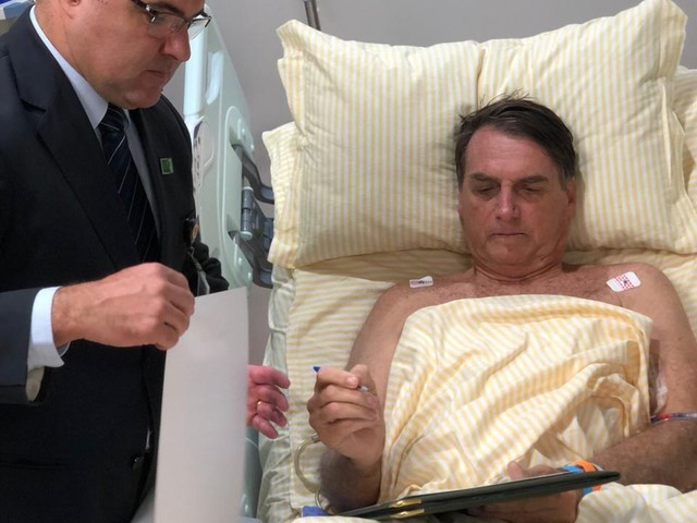Bolsonaro mantém boa evolução clínica e caminha fora do quarto, diz boletim médico