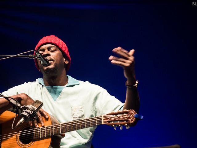 Seu Jorge no SBSR: um contador de histórias com barrete e violão