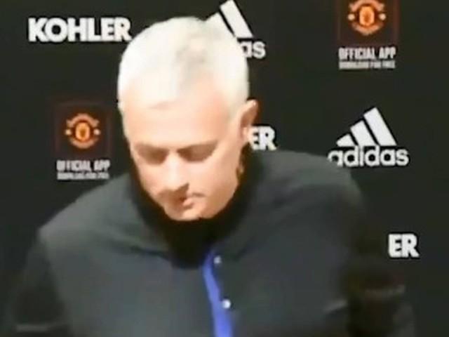 Mourinho se irrita com falta de água em coletiva do United: 'Estão economizando?'