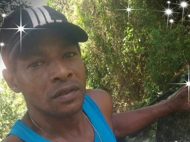 Moradores acusam polícia | Gari é morto após tiroteio no Rio e causa revolta em comunidade