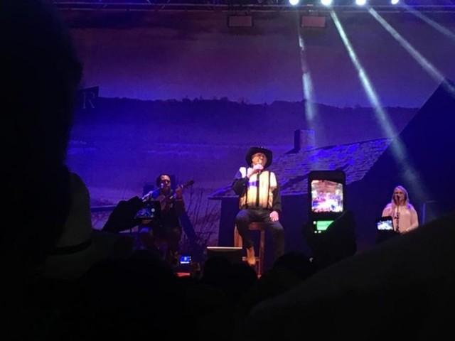Sérgio Reis faz a alegria de milhares de pessoas em show na Festa do Divino, em Trindade