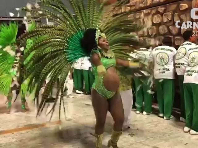 Musa da Acadêmicos do Cubango cruza a Sapucaí com barrigão de 9 meses