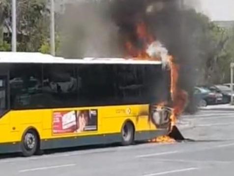 Autocarro da Carris ardeu em frente ao ISEL, em Lisboa