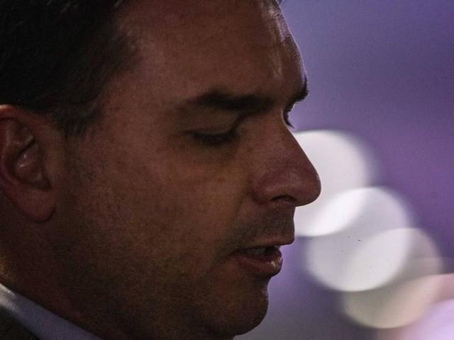 Flávio Bolsonaro divulga imagens do corpo de miliciano