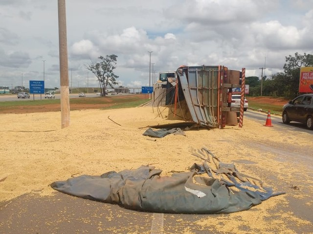 Carreta tomba e derrama 32 toneladas de soja em rodovia do DF