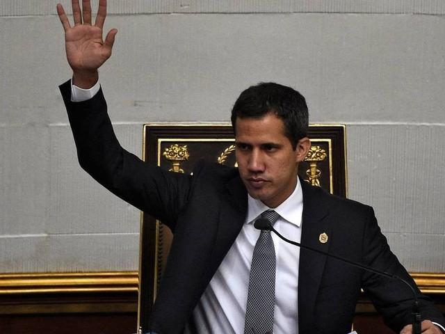 Coletivos chavistas atacam carro que levava Guaidó