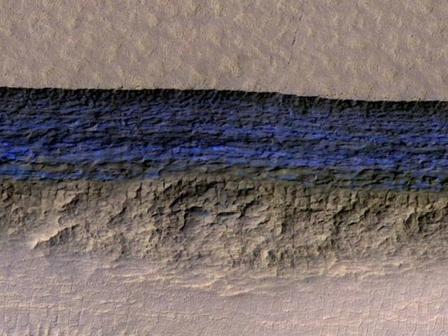 Grandes depósitos de gelo são descobertos sob a superfície de Marte