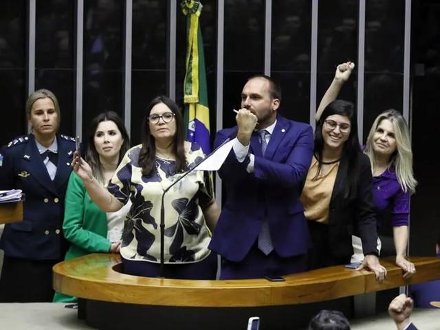 Eduardo Bolsonaro 'dá banana' a deputadas que defendiam jornalista da Folha