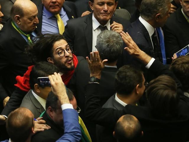 'Jean Wyllys tinha razão quando cuspiu na cara de Bolsonaro', diz Frota