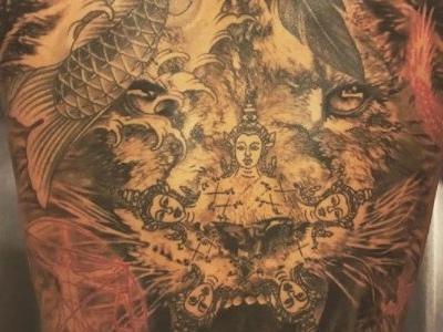 Ibrahimovic mostra conjunto impressionante de tatuagens nas costas